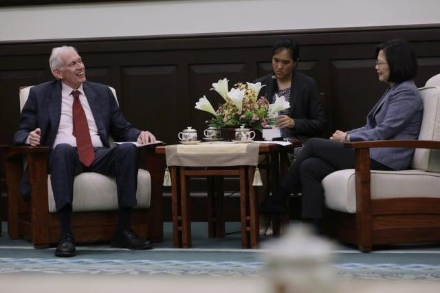 蔡英文13日在總統府接見AIT主席莫健(James Moriarty)(左)時表示,感謝美國等國家對台支持,這讓台灣人民感受到「美國挺你」的友誼。(總統府提供)
