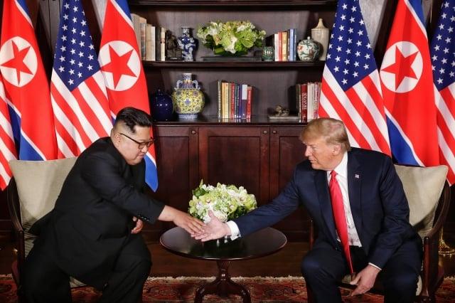 分析認為,北韓直接跟美國對話意味著中共不能再把北韓當牌打,美國可以在貿易問題上繼續對中共施壓。圖為美國總統川普(右)與北韓領導人金正恩(左)會晤。(Getty Images)