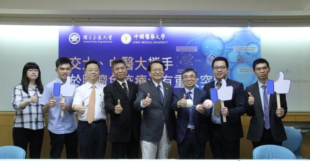 交大和中國醫大團隊合作研究褐藻醣奈米免疫複合藥物,能有效抑制腫瘤細胞,還能有效降低副作用。(交大提供)