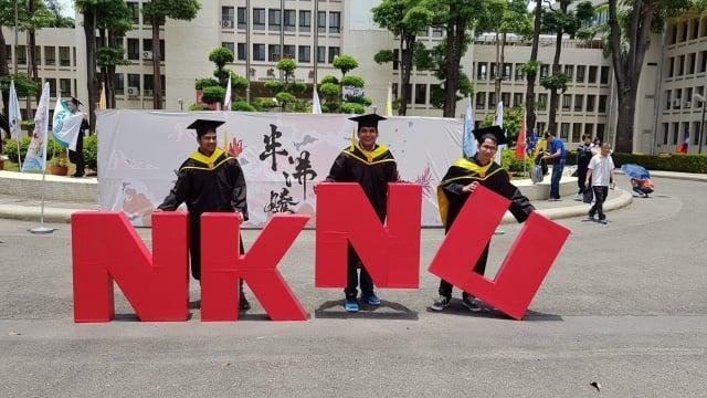 印度學生李飛、藍濤、任捷歡喜畢業與代表高師大的NKNU合影。(高師大提供)