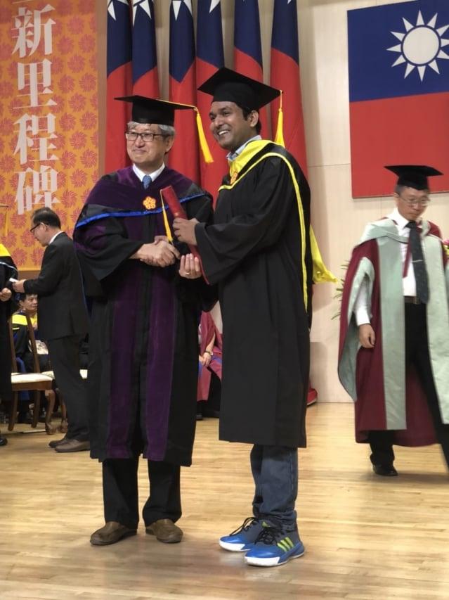 來自印度的學生藍濤,從高師大校長吳連賞手中歡喜接下碩士學位証書。