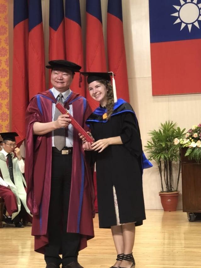 來自波蘭的學生簡高夏,從王政彥副校長手上接下碩士學位証書。