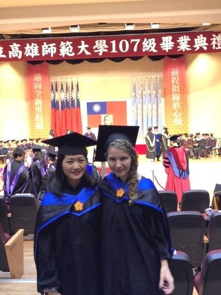 波蘭學生簡高夏(右)越南學生陳玉蓉(左)一起分享畢業喜悅。