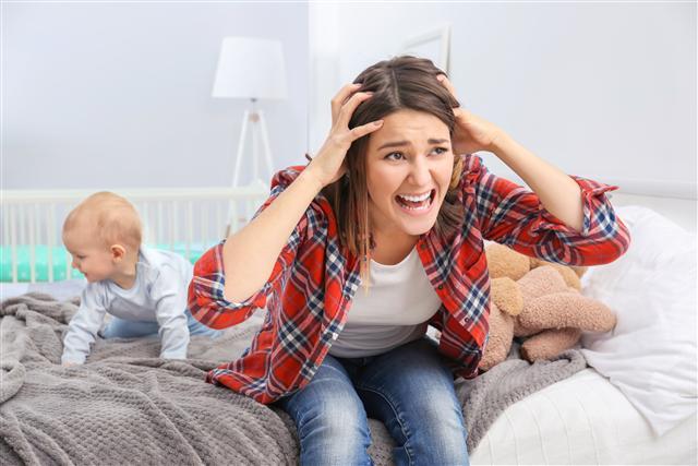 當發現產後的親友對剛出生的孩子沒感覺、不想親近孩子,或是會經常哭泣,就有可能是產後憂鬱症,務必盡快找專業醫師與心理師協助,帶她走出憂鬱,早日做個健康快樂的媽媽。(shutterstock)