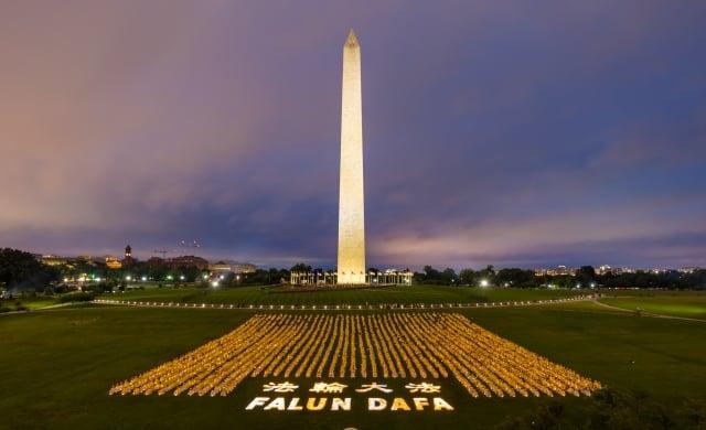 22日晚上,來自世界各地的部分法輪功學員聚集在美國首都華盛頓DC,展開莊嚴的燭光夜悼活動。(記者Mark Zou/攝影)