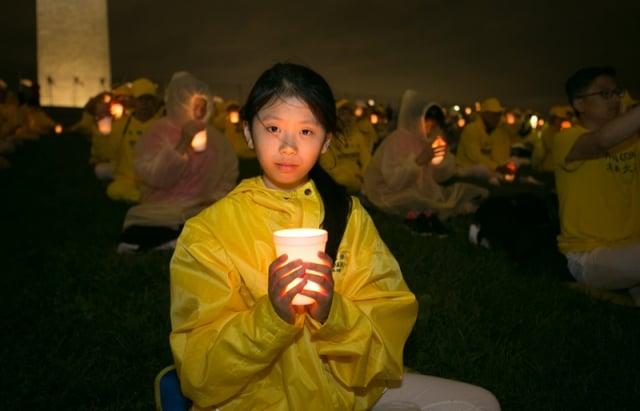 6月22日,英國法輪大法小弟子法同參加華盛頓DC燭光夜悼念。