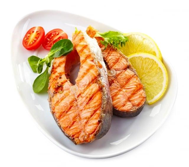 鮭魚(三文魚)、沙丁魚和鳳尾魚都富含動物性 Omega-3脂肪酸EPA和DHA,有助保持良好情緒。(Fotolia)