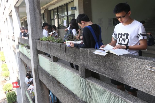 107學年度大學指考1日登場,首日考物理、化學、生物 ,學生在考前溫書,做最後衝刺。