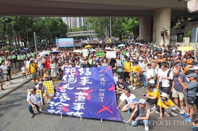 雖然7月1日天氣酷熱,港人仍無改十多年的堅持走上街頭。(記者蔡雯文/攝影)