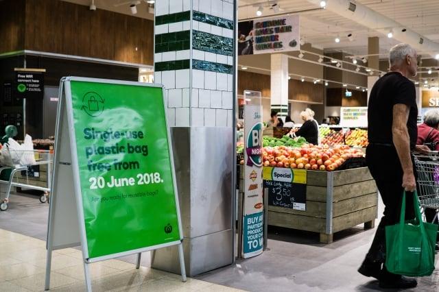 對於西澳的塑膠購物袋禁令,大超市如Coles 和 Woolworths已做好準備,但是中小型超市、商店還沒有準備好。(記者周鑫/攝影)