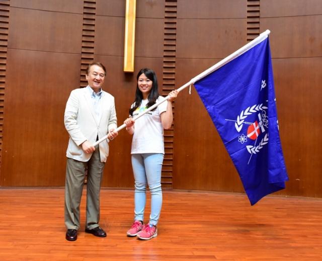 中原大學張光正校長也將校旗交給學生。