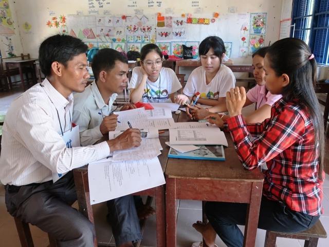 中原大學志工在柬埔寨偏鄉提供國小教師多元英文教案。
