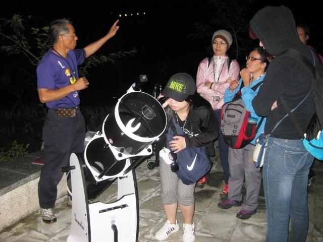 天文望遠鏡觀看沼平星體。