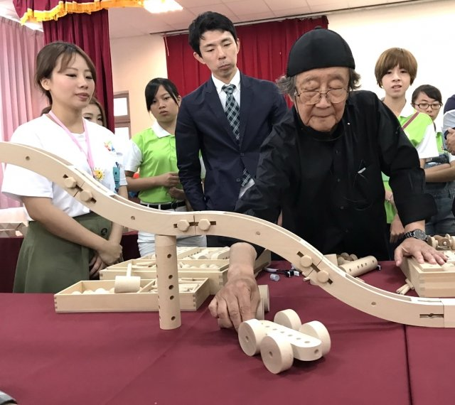 日本「童玩達人」和久洋三(中穿黑色衣服)親自演練過程,學員驚豔連連。(記者徐乃義/攝影)