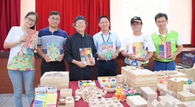 日本「童玩達人」和久洋三(左3)稱許台灣玩具圖書館很有意義且前瞻的做法。