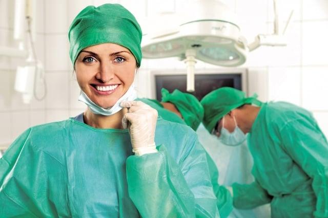 多倫多大學的研究人員推測說,女性醫生比較以病人為中心,遵守指導方針,而且與病人有比較好的溝通。(Fotolia)