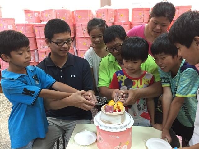 家扶的爸爸開心地與孩子們一起切蛋糕。(雲林家扶提供)