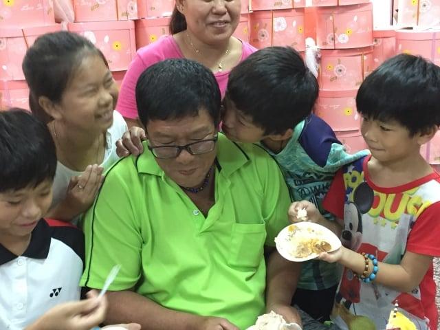 家扶的孩子吃了蛋糕開心的說:「爸爸辛苦了! 父親節快樂」