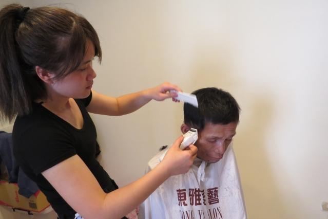 蘇慧君常幫父親修剪頭髮更顯朝氣