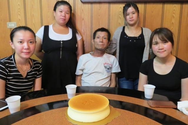 蘇慧君與3個姐姐帶癌末父親到餐廳聚餐。(新竹市勞工處提供)