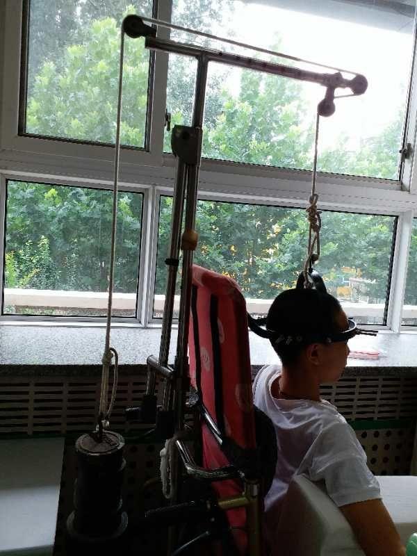 2018年7月,北京兒童醫院骨科病房,正在做脊椎牽引的董穎。(受訪者提供)
