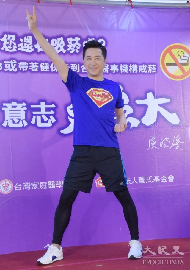 哈林8日在台北化身「戒菸超人」,前進醫事機構。(記者黃宗茂/攝影)