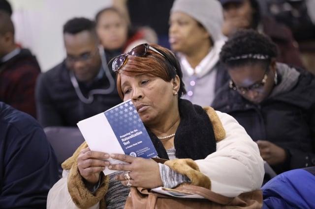 川普政府短期內將公布新移民法,未來有工作、但沒能力生活自足的移民將很難拿到綠卡。圖為移民辦理入籍申請。(Getty Images)