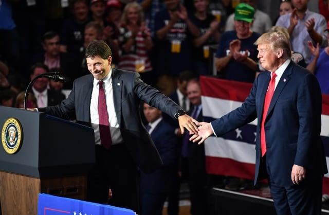 俄亥俄州週二(8月7日)特別選舉,巴爾德森(左)以微弱優勢擊敗對手,總統川普(右)推文表示,有信心共和黨大贏。(Getty Images)