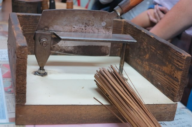 邱秋發16歲就跟著一位外省中醫師學藥,所以他使用的切藥刀跟別家店不同,是屬於「北剪」的刀具,刀座比較輕巧。