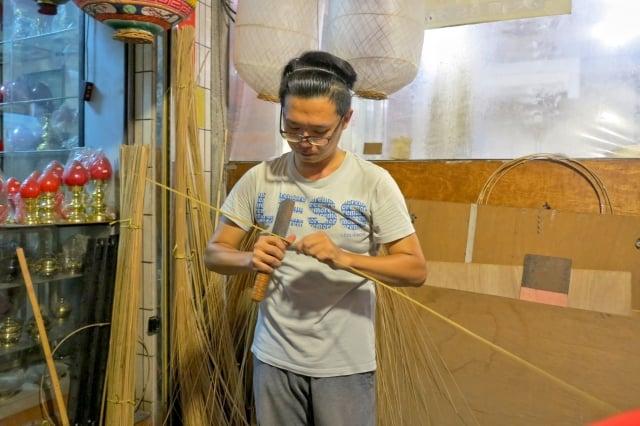 唐嘉興現場為來賓展示功夫,拿著刀慢慢地剖開竹桿,剖成一枝枝細竹。