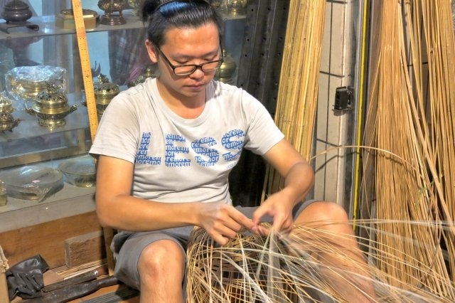從小學習書法繪畫的唐嘉興,在美術工藝方面打下深厚的基礎後,再去跟傳統竹編的老師傅學習手編燈籠。