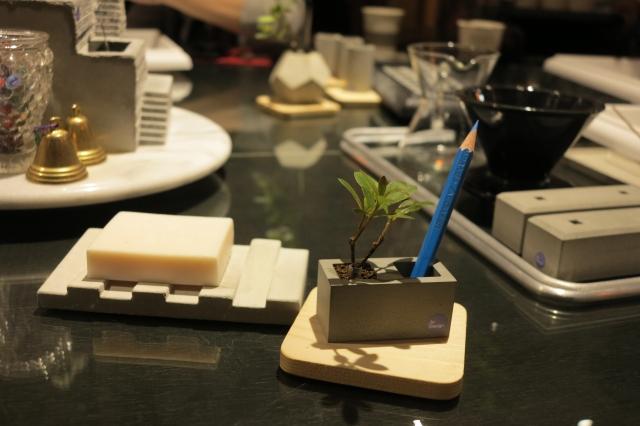 到巷弄咖啡館做植物小盆栽,由返鄉青年解憂設計的創辦人許晉榮提供他設計的療癒小花器。(攝影/賴瑞)