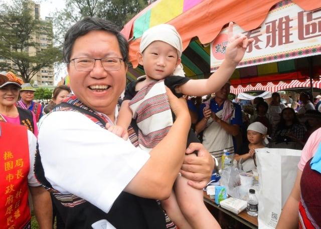 桃園市長鄭文燦與小朋友互動佳。