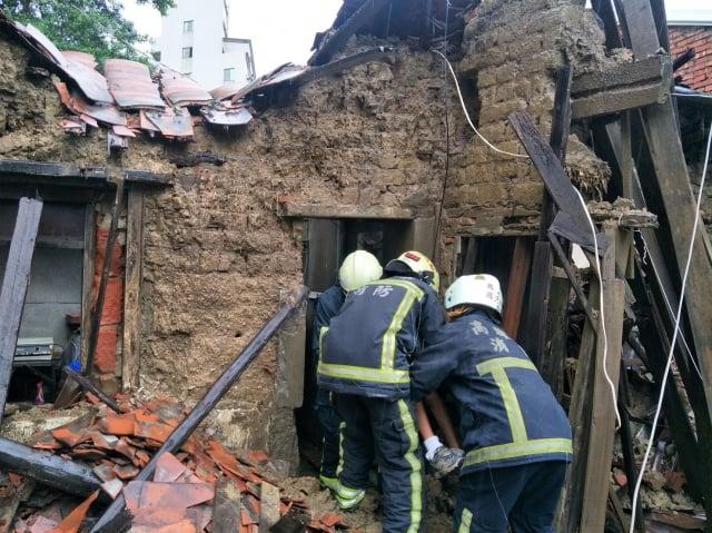 土造民宅坍塌,警消救人。(記者翻拍)
