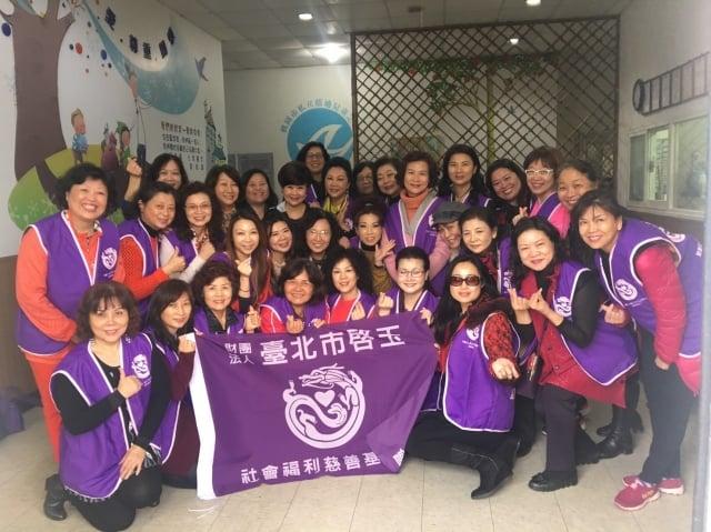 台北市啟玉社會福利慈善基金會,林淑敏(後排中)。(啟昇機構提供)