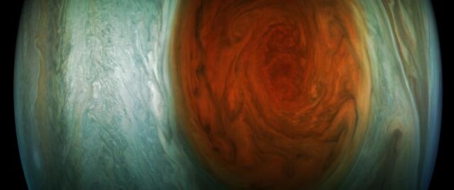 NASA無人太空船朱諾號飛越木星「大紅斑」時,拍下這塊「橘紅旋風」的影像。(NASA官網)