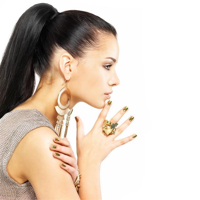 時尚達人都知道,只要佩戴到位,珠寶首飾會展現魔力,能將乏味的造型喚醒,甚至送上T臺秀場也不顯黯淡。(123RF)