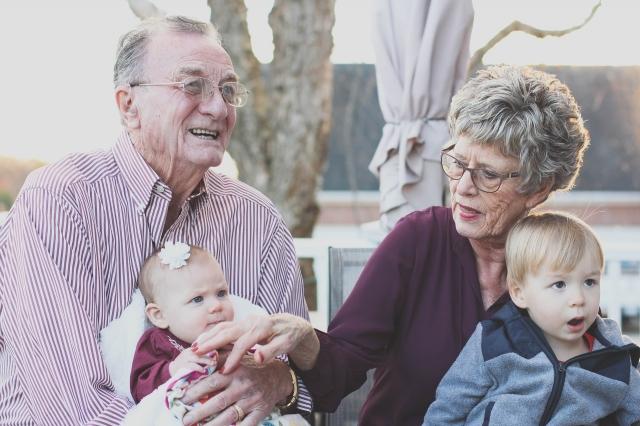 那些經常照看孫輩的老人可能更長壽。(Pixabay)