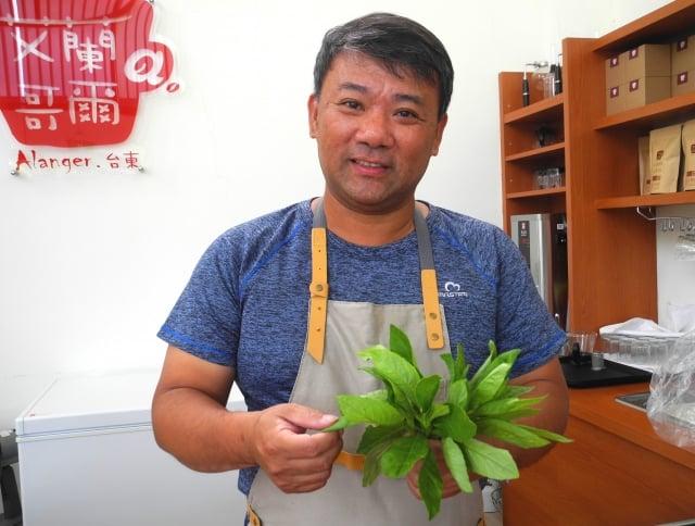 張弘典介紹自然農法生產的阿比野菜。