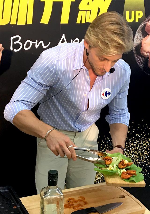 法比歐將烤好的蝦放到生菜與檸檬上擺盤。 (廖蔚尹/攝影)