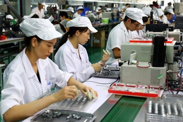 分析指出,貿易戰的壓力已讓中國內部企業紛紛將生產線移往海外。圖為示意照。(AFP)