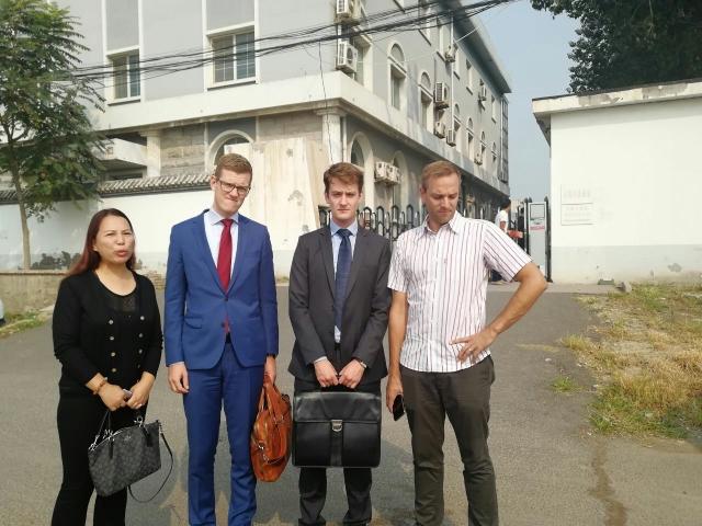 外媒記者、兩外國使節皆被拒於法庭外。左1為孫茜妹妹孫贊。(知情者提供)