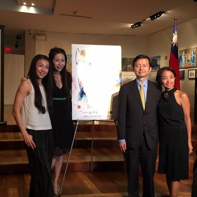 旅美知名舞蹈家簡珮如(左1)與駐紐約台北文化中心主任張書豹、設計師陳佳慧及服裝秀主辦人Diana合影。