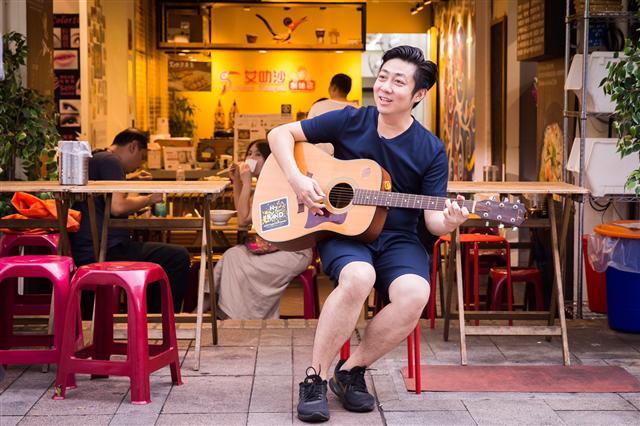 5歲就會彈琴,從小就在音樂上展露才華的艾成,19歲抱著他對音樂的夢想來到了台灣。(陳柏州/攝影)