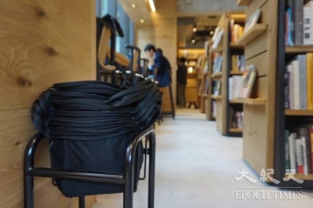 茑屋书店准备的小书袋,供读者选书使用。(谢平平/大纪元)