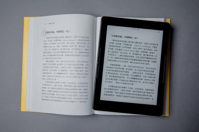 7.8吋電子書閱讀器,與實體書大小相當。(讀墨Readmoo提供)