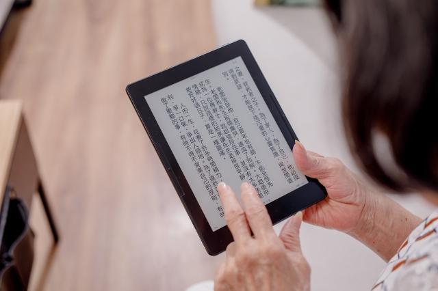 電子書閱讀器利用環境光反射,沒有藍光問題。(讀墨Readmoo提供)