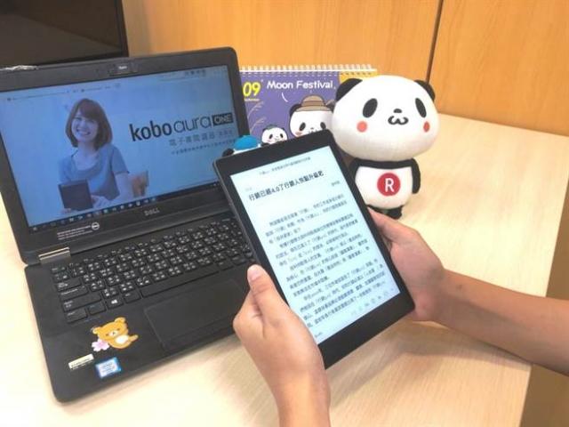 Kobo Aura ONE具防水等級IPX8功能,泡澡時一邊看書也沒問題。(樂天Kobo提供)