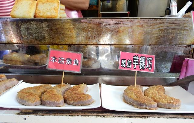 客家芋頭糕,做成彎月形狀的「芋粿巧」,店家煎到兩面金黃酥脆,是來到桂花巷的客人無法抗拒的美食。(攝影/賴瑞)
