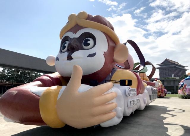 桃園捷運公司打造「美好實現 幸福滿載」花車,透過有故事性的西遊記人物孫悟空為視覺主題。